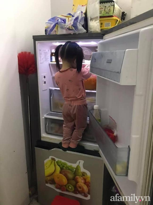 Đang nấu cơm thì nghe tiếng mở tủ lạnh toang, mẹ vội chạy ra xem thì thấy cảnh