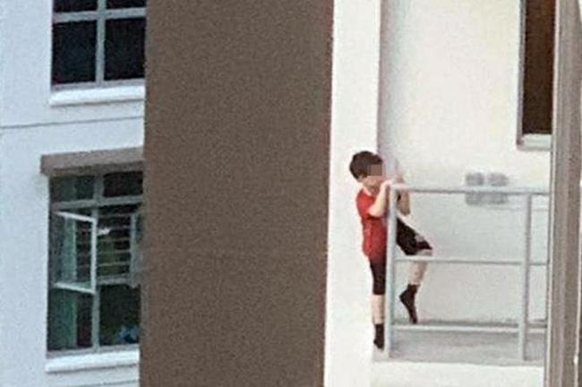Nhân lúc bố mẹ đi vắng và anh chị bận học bài, bé trai 7 tuổi đã lén trèo ra bên ngoài lan can ban công tầng 11 của chung cư - Ảnh 1.