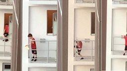 Nhân lúc bố mẹ đi vắng và anh chị bận học bài, bé trai 7 tuổi đã lén trèo ra bên ngoài lan can ban công tầng 11 của chung cư