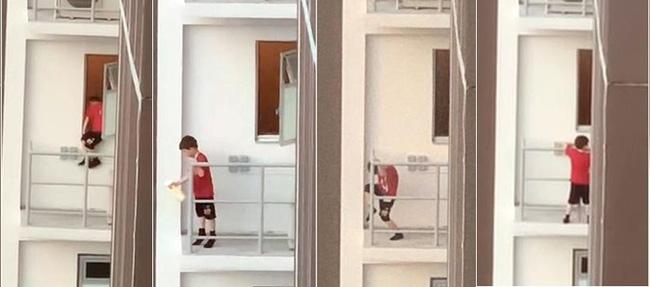 Nhân lúc bố mẹ đi vắng và anh chị bận học bài, bé trai 7 tuổi đã lén trèo ra bên ngoài lan can ban công tầng 11 của chung cư - Ảnh 2.