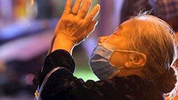 Hà Nội: Chùa Phúc Khánh làm lễ cầu an trực tuyến, nhiều người đứng bên ngoài vái vọng