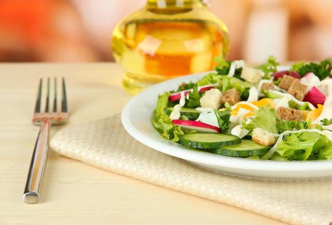 Ăn salad để giảm cân? Tám cách ăn salad sai lầm có thể gây phản tác dụng, thậm chí hại sức khỏe - Ảnh 3.