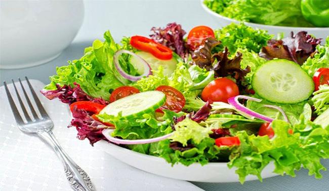 Ăn salad để giảm cân? Tám cách ăn salad sai lầm có thể gây phản tác dụng, thậm chí hại sức khỏe - Ảnh 1.