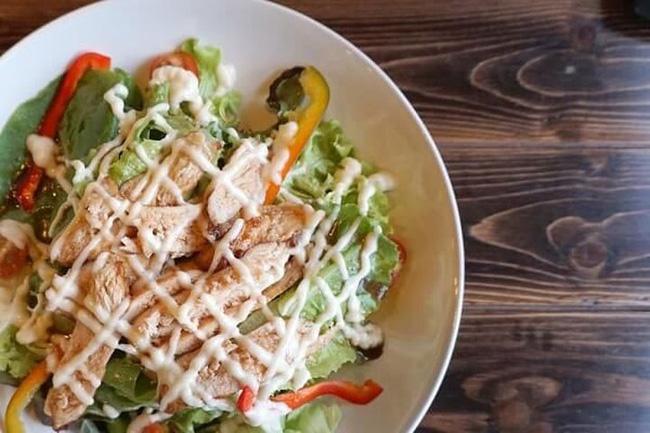 Ăn salad để giảm cân? Tám cách ăn salad sai lầm có thể gây phản tác dụng, thậm chí hại sức khỏe - Ảnh 2.