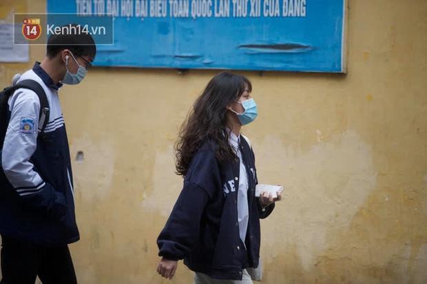 Chùm ảnh: Học sinh Hà Nội đeo khẩu trang kín mít sau 1 tháng nghỉ dịch, chạy vội vào lớp do đi học muộn - Ảnh 7.