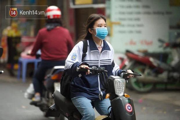 Chùm ảnh: Học sinh Hà Nội đeo khẩu trang kín mít sau 1 tháng nghỉ dịch, chạy vội vào lớp do đi học muộn - Ảnh 9.