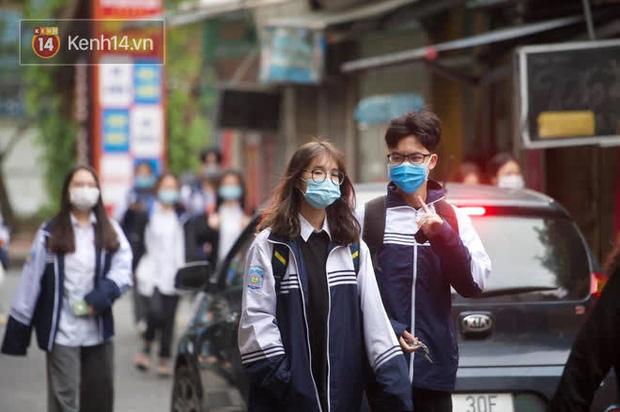 Chùm ảnh: Học sinh Hà Nội đeo khẩu trang kín mít sau 1 tháng nghỉ dịch, chạy vội vào lớp do đi học muộn - Ảnh 5.