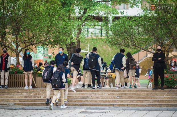 Chùm ảnh: Học sinh Hà Nội đeo khẩu trang kín mít sau 1 tháng nghỉ dịch, chạy vội vào lớp do đi học muộn - Ảnh 1.