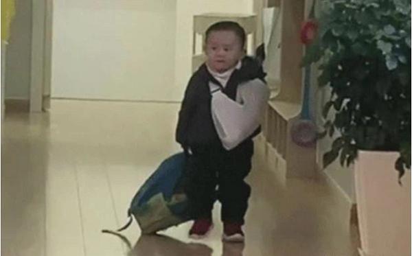 Nhìn cậu bé mẫu giáo xách cặp vào lớp sau khi gây họa, ai cũng tán thưởng cách dạy con của gia đình - Ảnh 1.