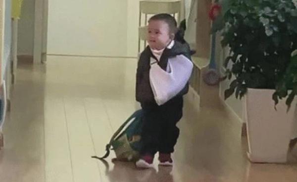 Nhìn cậu bé mẫu giáo xách cặp vào lớp sau khi gây họa, ai cũng tán thưởng cách dạy con của gia đình - Ảnh 2.