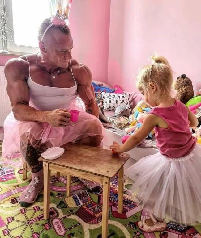 Bức ảnh ông bố hóa thân thành công chúa khiến cư dân mạng cười ngặt nghẽo vì một sự trái ngược không thể che giấu - Ảnh 1.