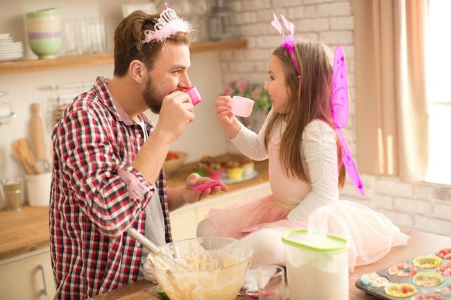 Bức ảnh ông bố hóa thân thành công chúa khiến cư dân mạng cười ngặt nghẽo vì một sự trái ngược không thể che giấu - Ảnh 7.