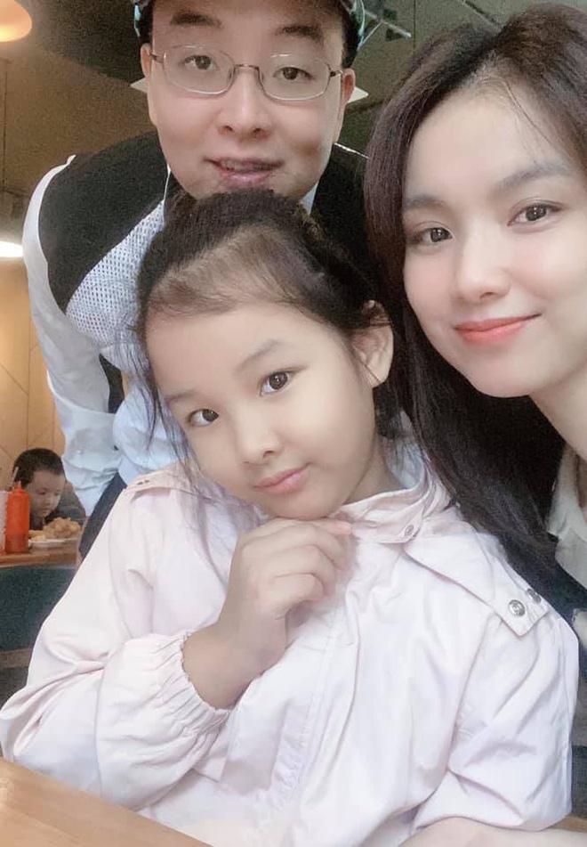 Hoa hậu Hoàn vũ Việt Nam đầu tiên, lấy chồng tiến sĩ giờ ra sao? - Ảnh 3.