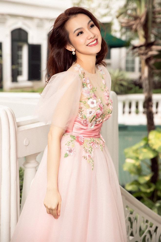 Hoa hậu Hoàn vũ Việt Nam đầu tiên, lấy chồng tiến sĩ giờ ra sao? - Ảnh 7.