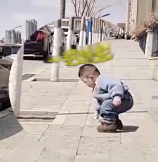 Cậu bé 2 tuổi thấy người đi ô tô vứt chai nhựa xuống đường, hành động sau đó khiến người mẹ sửng sốt vì quá to gan nhưng ai cũng đồng tình - Ảnh 1.