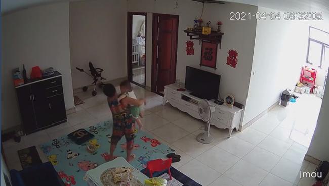 Mẹ sốt ruột check camera phát hiện nữ giúp việc bế con vào nhà vệ sinh, nghi tát thẳng mặt bé khiến con khóc không thành tiếng - Ảnh 3.