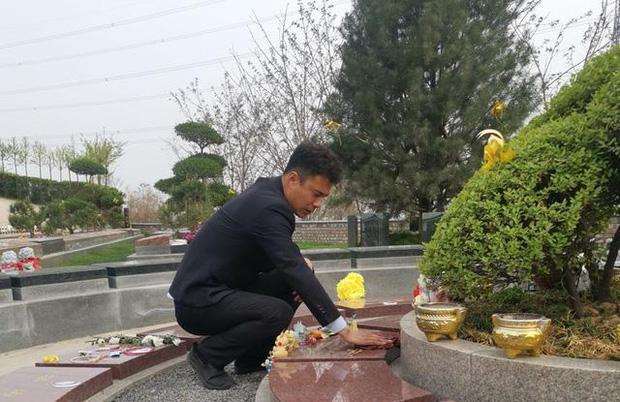 Con gái 8 tuổi qua đời vì ung thư, ông bố trẻ xin đến nghĩa trang làm việc để được hôn lên bia mộ của con mỗi ngày khiến ai nấy khóc nghẹn - Ảnh 2.