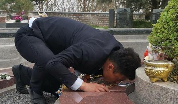 Con gái 8 tuổi qua đời vì ung thư, ông bố trẻ xin đến nghĩa trang làm việc để được hôn lên bia mộ của con mỗi ngày khiến ai nấy khóc nghẹn - Ảnh 3.