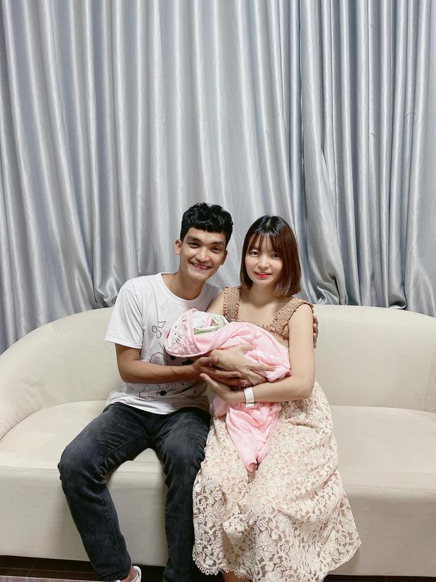 Mạc Văn Khoa khoe ảnh gia đình hạnh phúc, netizen xỉu up xỉu down với gương mặt tấu hài siêu cưng của con gái nam diễn viên - Ảnh 7.