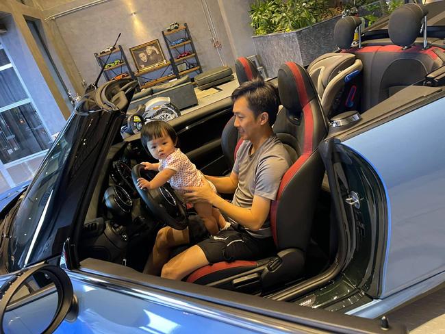 Cường Đô La tiết lộ hình ảnh Đàm Thu Trang đang lái xe vẫn tranh thủ dừng để cho con uống sữa - Ảnh 3.