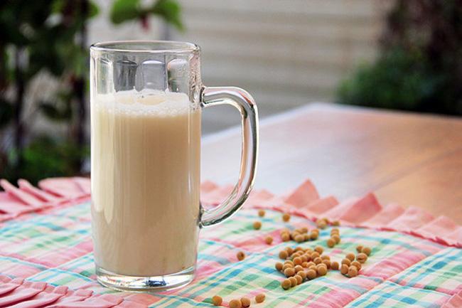 Lo sợ trẻ dậy thì sớm khi uống sữa đậu nành - Ảnh 1.