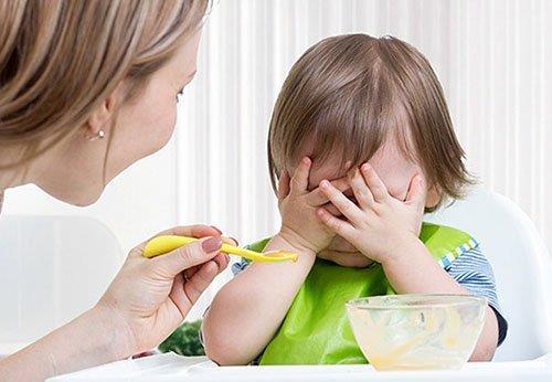 """Mớm cơm và một loạt sai lầm của phụ huynh khiến trẻ """"nuôi mãi không lớn"""" - Ảnh 1."""