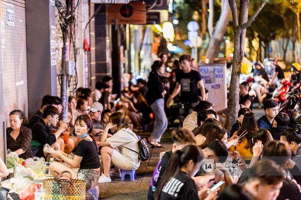 Ngồi trà dâu Đen Vâu ở Sài Gòn hóng chuyện: Giới trẻ quẹt Tinder mỏi tay, sẵn nghe 7749 cái drama showbiz - Ảnh 2.