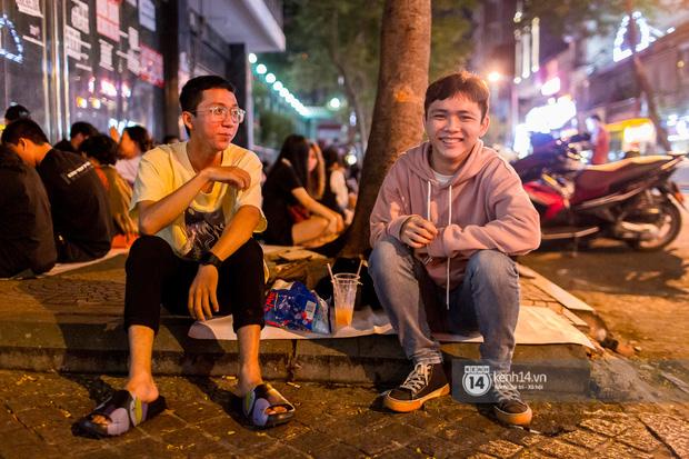 Ngồi trà dâu Đen Vâu ở Sài Gòn hóng chuyện: Giới trẻ quẹt Tinder mỏi tay, sẵn nghe 7749 cái drama showbiz - Ảnh 18.