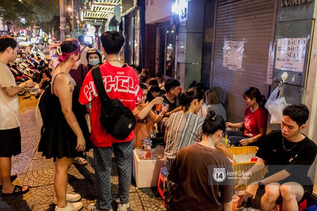 Ngồi trà dâu Đen Vâu ở Sài Gòn hóng chuyện: Giới trẻ quẹt Tinder mỏi tay, sẵn nghe 7749 cái drama showbiz - Ảnh 7.