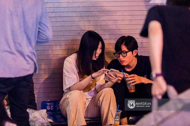 Ngồi trà dâu Đen Vâu ở Sài Gòn hóng chuyện: Giới trẻ quẹt Tinder mỏi tay, sẵn nghe 7749 cái drama showbiz - Ảnh 8.