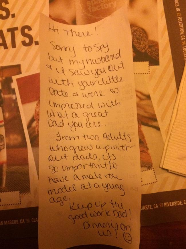 Đưa con gái đi ăn tối, ông bố bất ngờ nhận được mảnh giấy ghi chú từ cặp đôi ngồi gần đó rồi bật khóc