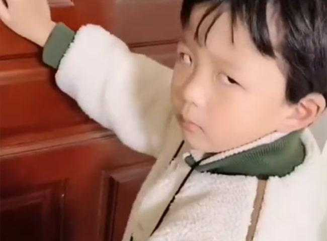 Con trai bướng bỉnh không nghe lời, mẹ lập tức gọi điện cho cô giáo, nói đúng 1 câu mà cậu nhóc sợ tái mặt, rối rít xin lỗi mẹ - Ảnh 3.