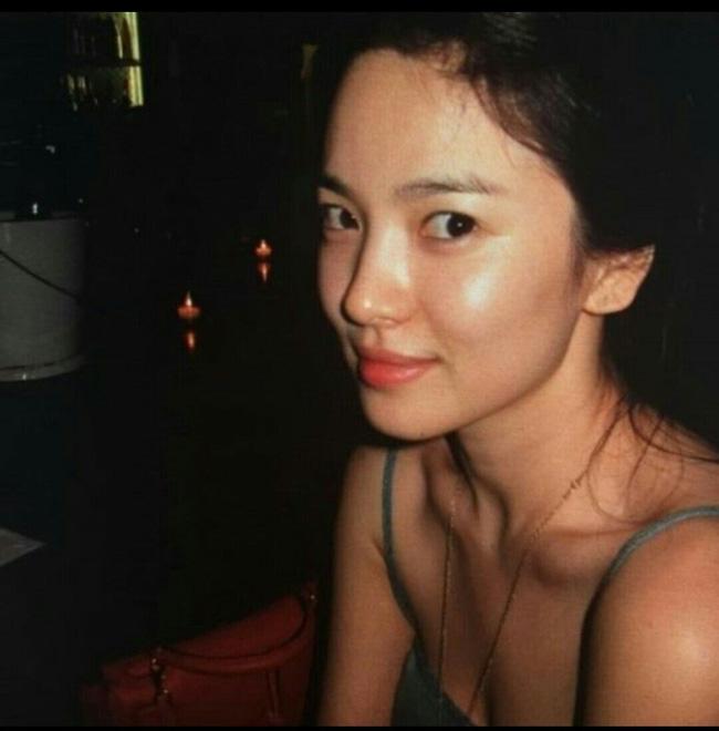 Song Hye Kyo và những lần diện đồ hai dây khoe vai trần gợi cảm, mướt mắt - Ảnh 2.