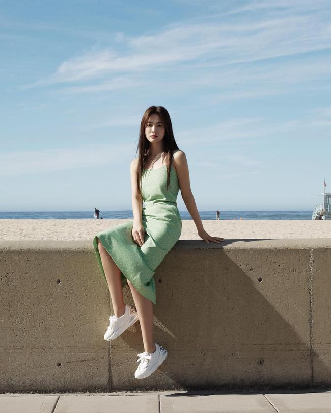 Song Hye Kyo và những lần diện đồ hai dây khoe vai trần gợi cảm, mướt mắt - Ảnh 3.