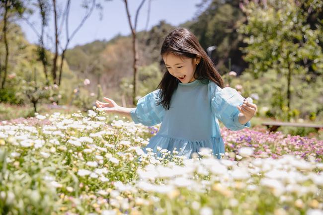 Con gái Hà Kiều Anh xinh như thiên thần trong loạt ảnh mới, mẹ tiết lộ có sở thích đặc biệt với màu xanh vì 1 lý do