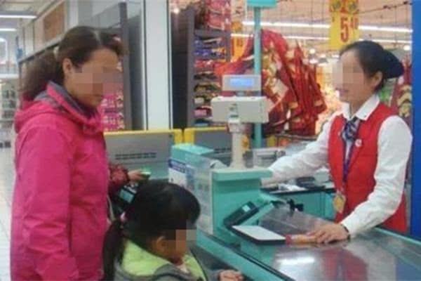 Con gái 6 tuổi cầm hơn 300 nghìn đồng đi mua muối nhưng không mang tiền thối về, mẹ tức giận tìm ông chủ mới phát hiện sự thật về con mình - Ảnh 1.