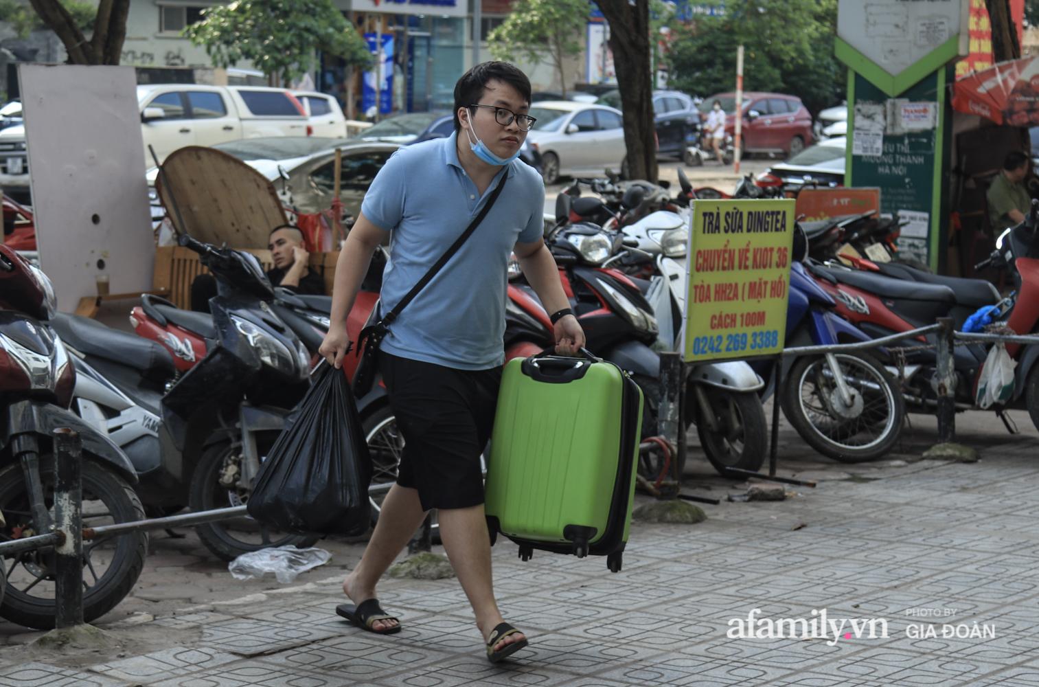 Chiều 2/5, trẻ em ngủ gục trên xe máy theo chân cha mẹ ra Hà Nội kết thúc kì nghỉ lễ - Ảnh 1.