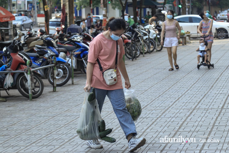 Chiều 2/5, trẻ em ngủ gục trên xe máy theo chân cha mẹ ra Hà Nội kết thúc kì nghỉ lễ - Ảnh 2.