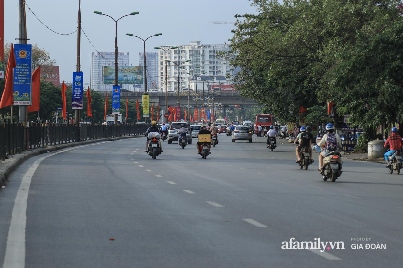 Chiều 2/5, trẻ em ngủ gục trên xe máy theo chân cha mẹ ra Hà Nội kết thúc kì nghỉ lễ - Ảnh 4.