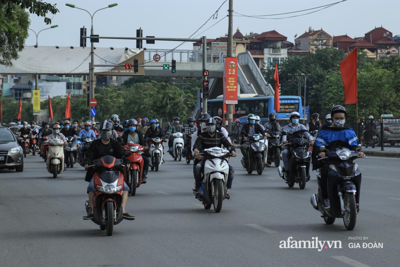 Chiều 2/5, trẻ em ngủ gục trên xe máy theo chân cha mẹ ra Hà Nội kết thúc kì nghỉ lễ - Ảnh 5.