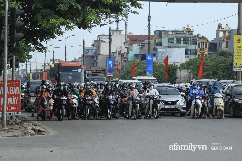 Chiều 2/5, trẻ em ngủ gục trên xe máy theo chân cha mẹ ra Hà Nội kết thúc kì nghỉ lễ - Ảnh 8.