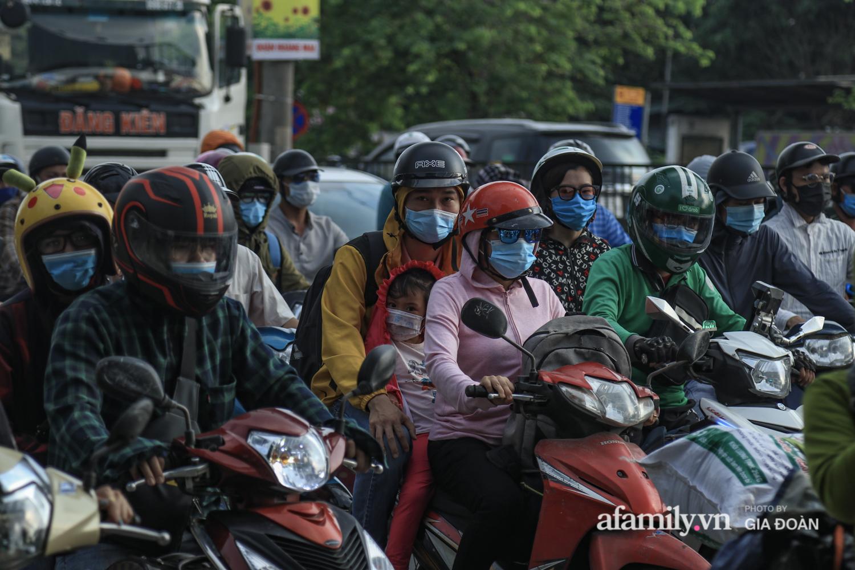 Chiều 2/5, trẻ em ngủ gục trên xe máy theo chân cha mẹ ra Hà Nội kết thúc kì nghỉ lễ - Ảnh 9.