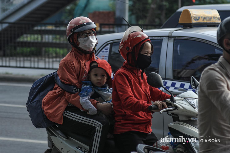 Chiều 2/5, trẻ em ngủ gục trên xe máy theo chân cha mẹ ra Hà Nội kết thúc kì nghỉ lễ - Ảnh 10.