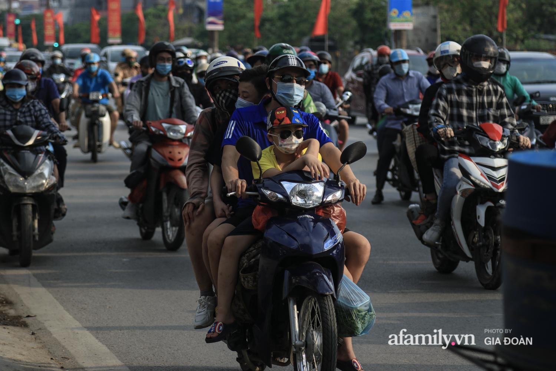 Chiều 2/5, trẻ em ngủ gục trên xe máy theo chân cha mẹ ra Hà Nội kết thúc kì nghỉ lễ - Ảnh 11.