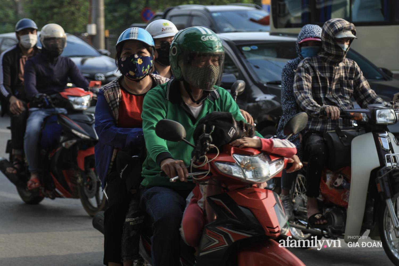 Chiều 2/5, trẻ em ngủ gục trên xe máy theo chân cha mẹ ra Hà Nội kết thúc kì nghỉ lễ - Ảnh 12.