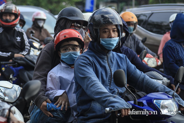 Chiều 2/5, trẻ em ngủ gục trên xe máy theo chân cha mẹ ra Hà Nội kết thúc kì nghỉ lễ - Ảnh 13.