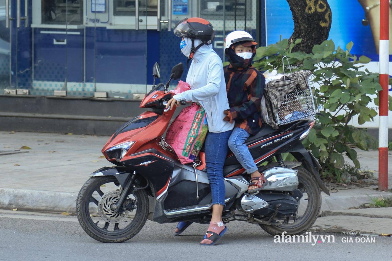 Chiều 2/5, trẻ em ngủ gục trên xe máy theo chân cha mẹ ra Hà Nội kết thúc kì nghỉ lễ - Ảnh 14.