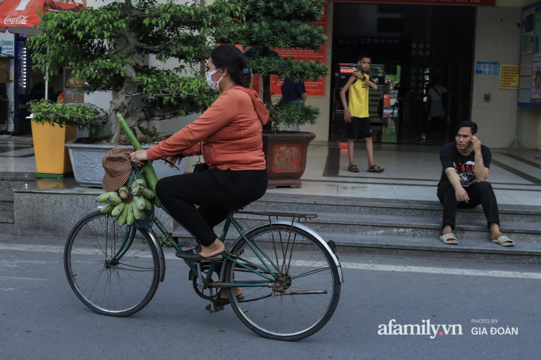 Chiều 2/5, trẻ em ngủ gục trên xe máy theo chân cha mẹ ra Hà Nội kết thúc kì nghỉ lễ - Ảnh 15.