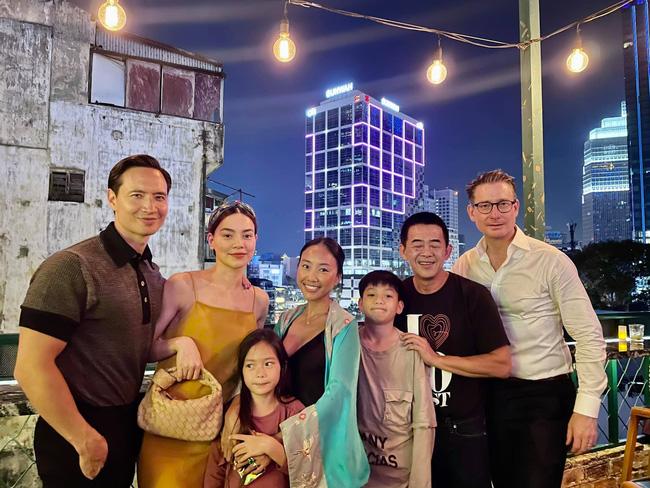 """Con trai Hồ Ngọc Hà cùng con gái Đoan Trang chiếm trọn """"spotlight"""" khi chung khung hình với bố mẹ - Ảnh 2."""