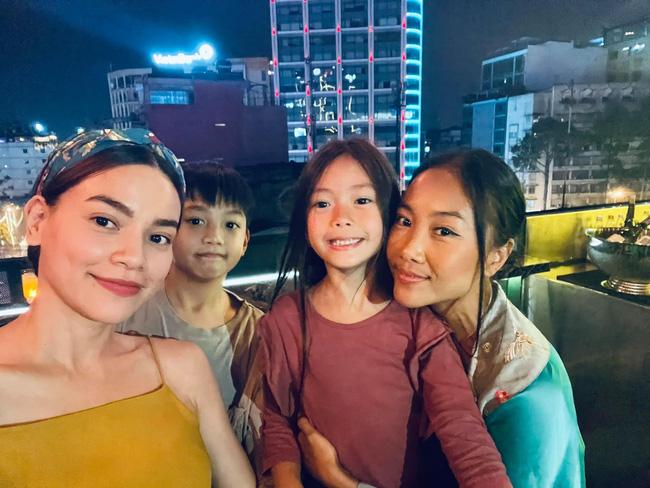 """Con trai Hồ Ngọc Hà cùng con gái Đoan Trang chiếm trọn """"spotlight"""" khi chung khung hình với bố mẹ - Ảnh 5."""